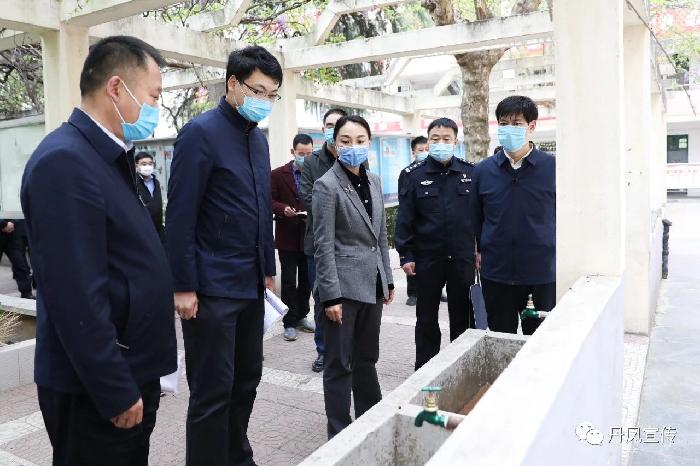县委书记郑晓燕检查学校疫情防控和高三年级开学准备工作...